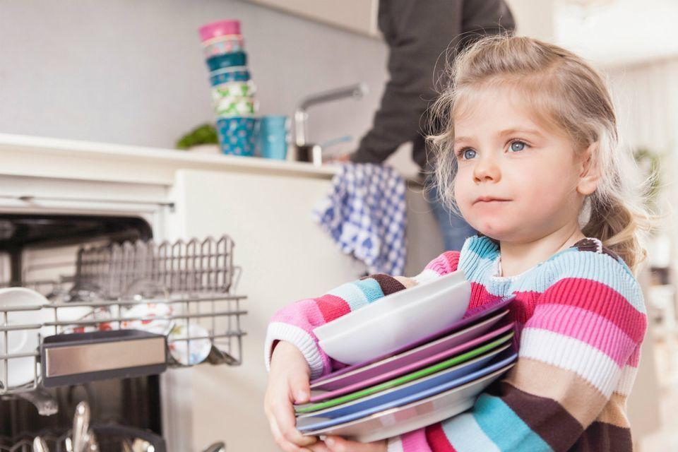ข้อดีของการฝึกลูกทำงานบ้าน มีหลายอย่างที่ดีต่อเด็ก